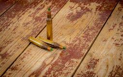 556 NATO-Kugeln auf einem Holztisch stockfoto