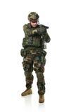 NATO-Soldat im vollen Gang. Stockfoto