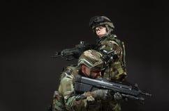 NATO-Soldat im vollen Gang. Stockbild