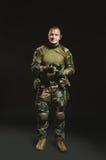 NATO-Soldat im vollen Gang Stockbild