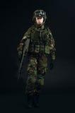 NATO-Soldat im vollen Gang Lizenzfreie Stockbilder