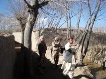 Nato-soldater som erhåller info i Afghanistan fotografering för bildbyråer