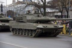 NATObehälter und -soldaten an der Militärparade in Riga, Lettland Lizenzfreies Stockfoto