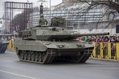 NATObehälter und -soldaten an der Militärparade in Riga, Lettland Stockfotografie