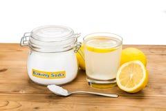 Natriumbikarbonat med citronjuice i exponeringsglas för åtskillig holistisk usag Arkivfoto