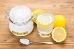 Natriumbikarbonat med citronjuice i exponeringsglas för åtskillig holistisk usag Royaltyfri Foto
