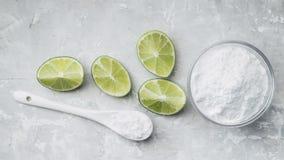Natriumbikarbonat och citron arkivbilder