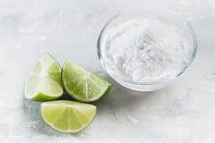 Natriumbikarbonat och citron arkivbild