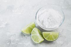 Natriumbikarbonat och citron royaltyfria foton