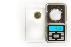 Natriumchlorid - Küchensalz - 3 Gramm auf Skala mit Euromünze für vergleicht Lizenzfreies Stockbild