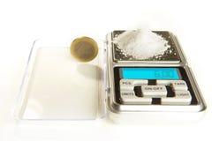 Natriumchlorid - Küchensalz - 6 Gramm auf Skala mit Euromünze für vergleicht Stockbilder