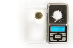 Natriumchlorid - Küchensalz - 1,5 Gramm auf Skala mit Euromünze für vergleicht Lizenzfreies Stockfoto