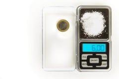 Natriumchlorid - Küchensalz - 6 Gramm auf Skala mit Euromünze für vergleicht Lizenzfreie Stockbilder