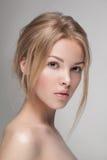 Natürliche frische reine Schönheitsporträtnahaufnahme eines jungen attraktiven Modells Stockfotografie