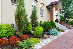 Natürliche Landschaftsgestaltung im Hausgarten Stockfotografie