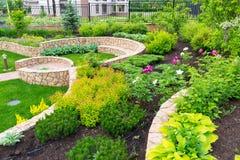 Natürliche Landschaftsgestaltung im Hausgarten Stockbild