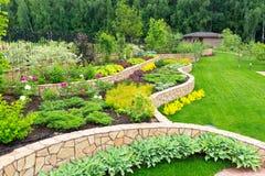 Natürliche Landschaftsgestaltung im Hausgarten Lizenzfreie Stockfotos