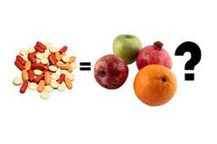 Natürliche und synthetische Vitamine Lizenzfreie Stockfotografie