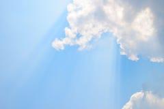Natürliche weiche Wolken Muster und Sonnenschein strahlen auf Hintergrund des blauen Himmels aus Stockfotos