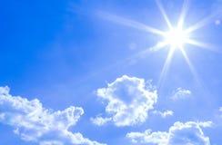 Natürlicher Himmelhintergrund und ausstrahlen Strahlen in einem blauen Himmel mit Wolken Das, das für Hintergrund, Hintergrund, T Stockfoto
