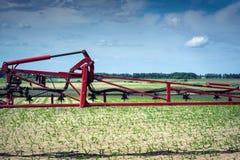 Natryskowy bar przed iść out w pole stosować herbicyd ochraniać młodej kukurudzy od rywalizaci świrzepy, po to, aby Fotografia Stock