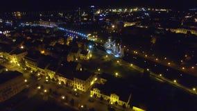 Natt över centret från fågelöga stadslampor stock video