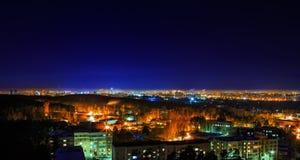 natt över metropolisen Ryssland Ekaterinburg arkivfoton