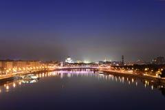 Natt över staden och floden Royaltyfri Bild