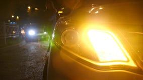 natt bilblinkerljus nöd- bilvarningsljus på bakgrunden av rörande bilar på en nattväg royaltyfria bilder