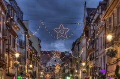 Natt dekorerad gata i vinter i Colmar Arkivfoto