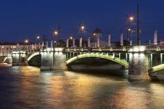 Natt för börsbrosommar i St Petersburg arkivfoto