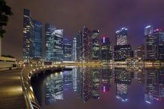 Natt för Boardwalk för fjärd för Marina för Singapore stadshorisont Royaltyfri Bild