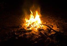 natt för brasaburningclose upp trä Royaltyfri Foto