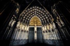 Natt för Cologne domkyrkaingång arkivfoton