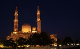 natt för dubai jumeirahmoské Royaltyfri Foto