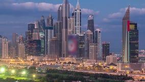 Natt för för Dubai marinaskyskrapor och golfbana till dagtimelapse, Dubai, Förenade Arabemiraten arkivfilmer