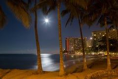 Natt för fullmåne för Waikiki strandsemesterort Royaltyfria Foton
