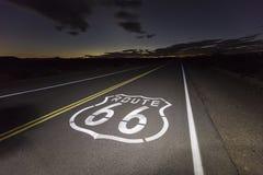 Natt för Route 66 Mojaveöken arkivbilder