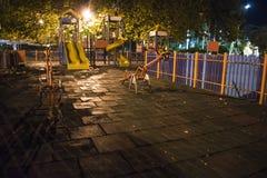 Natt för sen sommar på lekplatsen för barn` s i Varna royaltyfri foto
