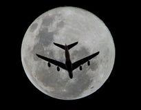 natt för stråle för flygplanskymningflyg över havet Arkivfoto