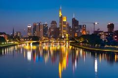 Natt Frankfurt - f.m. - strömförsörjning Arkivfoto