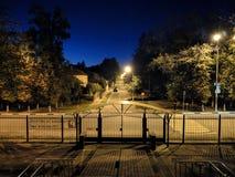 Natt, gata, lykta och tystnad royaltyfria foton