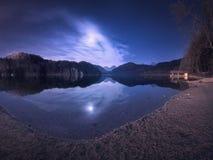 Natt i Alpsee sjön i Tyskland Färgrikt nattlandskap Royaltyfri Bild