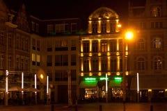 Natt i den historiska Leuvenen _ Royaltyfria Foton