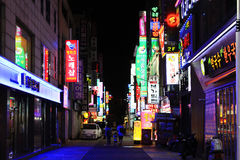Natt i den Korea Busan shoppinggatan arkivbild