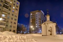 Natt i den Tomsk staden, kyrka i Tomsken arkivfoto