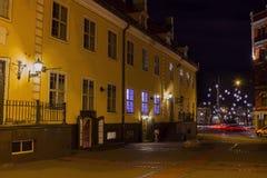 Natt i gamla Riga - berömd europeisk stad var turister kan finna en unik atmosfär av medeltid Royaltyfria Bilder