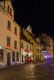 Natt i gamla Riga - berömd europeisk stad var turister kan finna en unik atmosfär av medeltid Fotografering för Bildbyråer