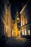 Natt i gamla Riga - berömd europeisk stad var turister kan finna en unik atmosfär av medeltid Arkivbild
