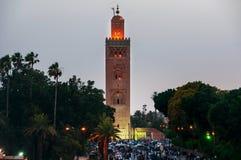 Natt i Marrakesh, Marocko med folk Arkivbilder